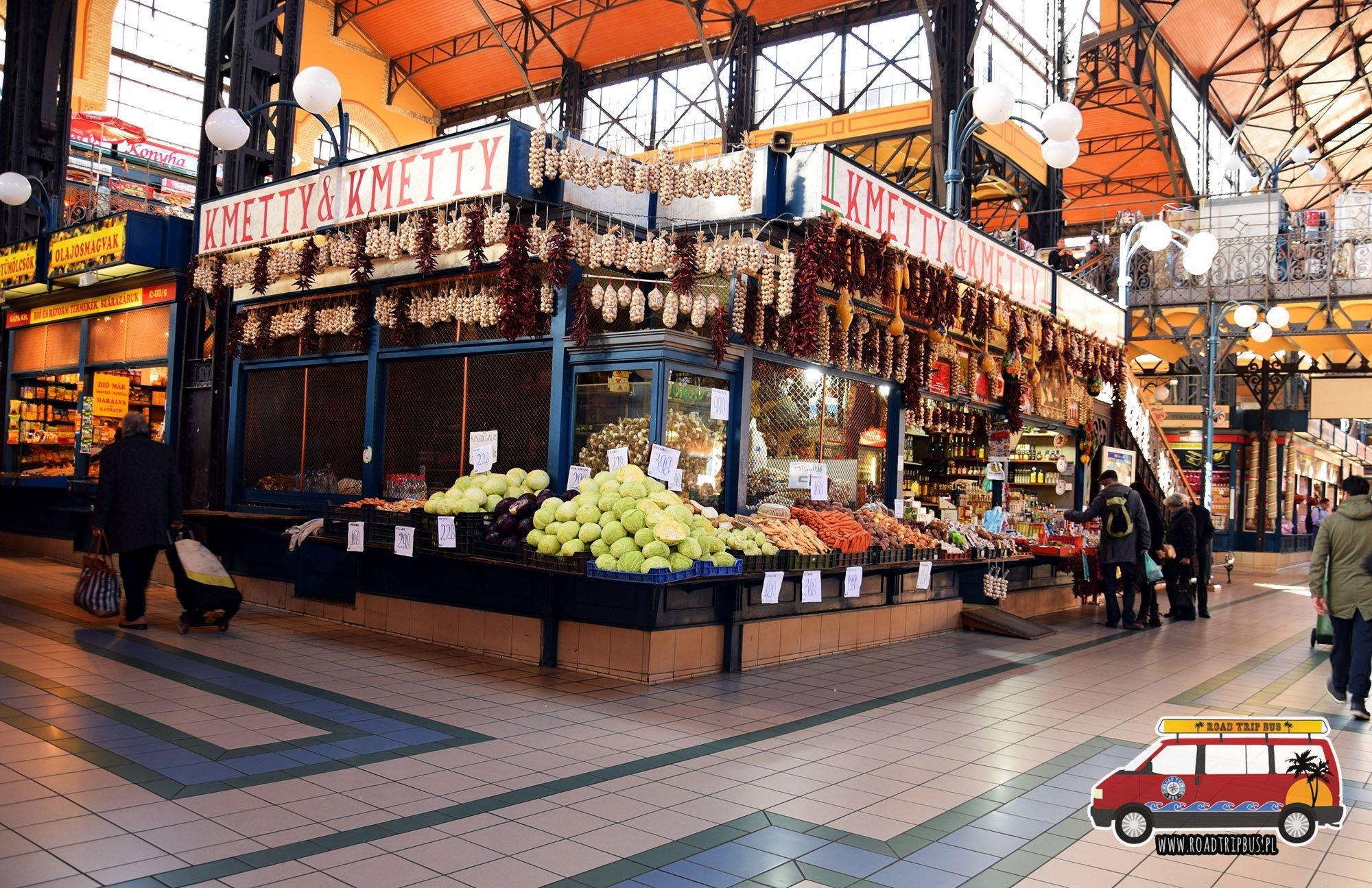 Jedno ze stoisk przy głównej alei Centralnej Hali Targowej w Budapeszcie.