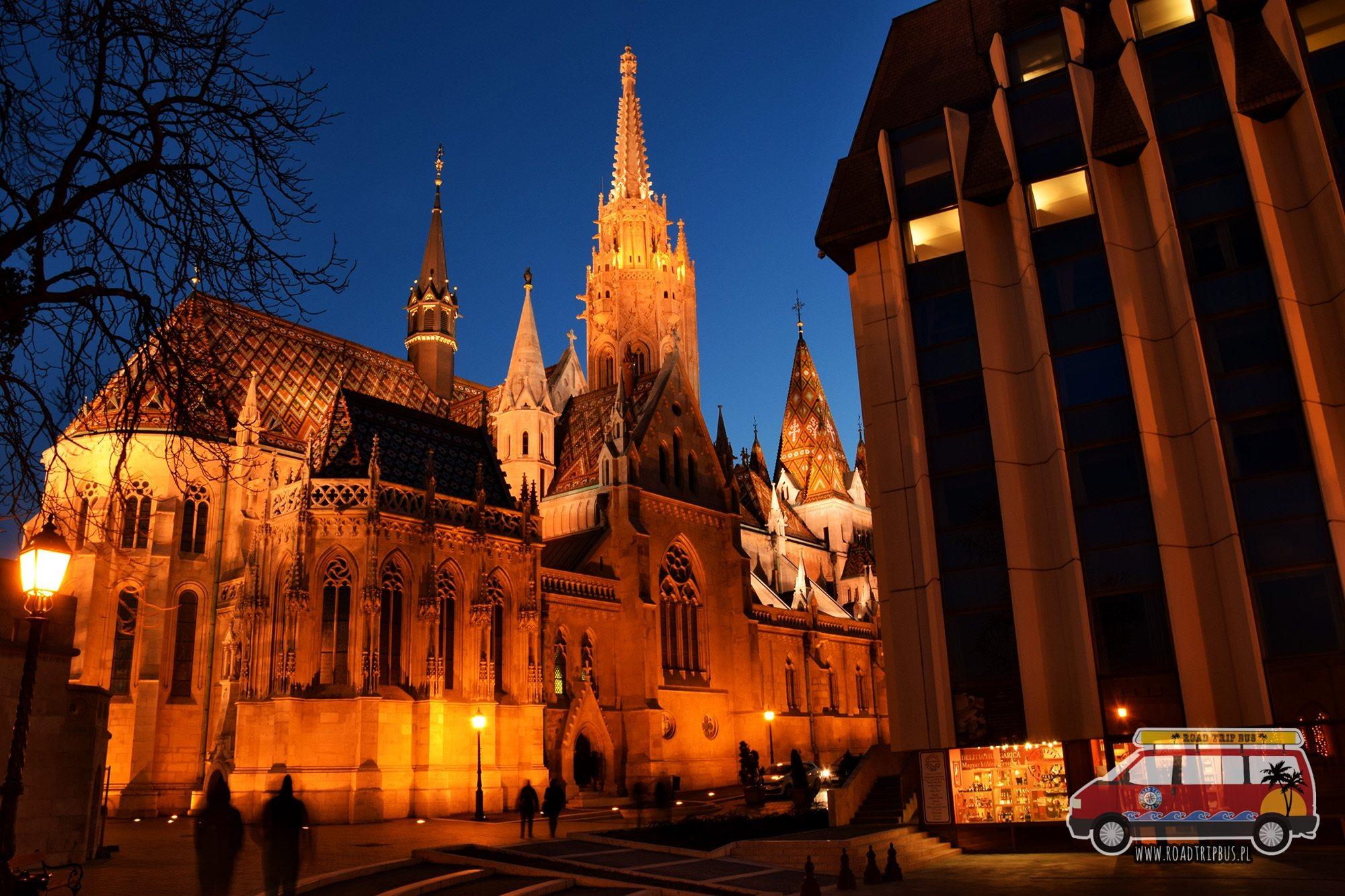 Kościół św. Mateusza w Budapeszcie nocą