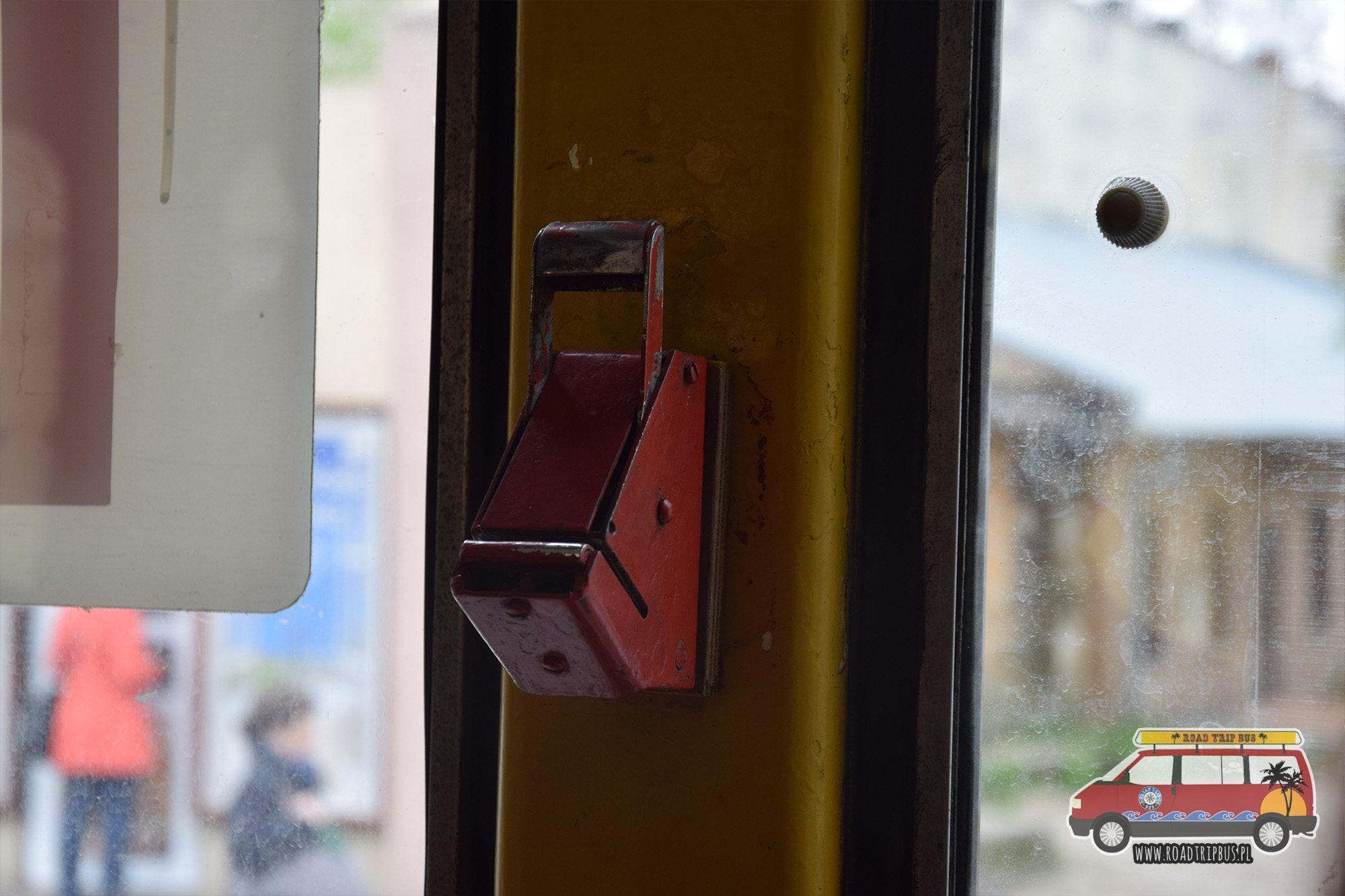 Kasowanie biletów w tramwajach odbywa się poprzez ich dziurkowanie w ręcznym kasowniku.
