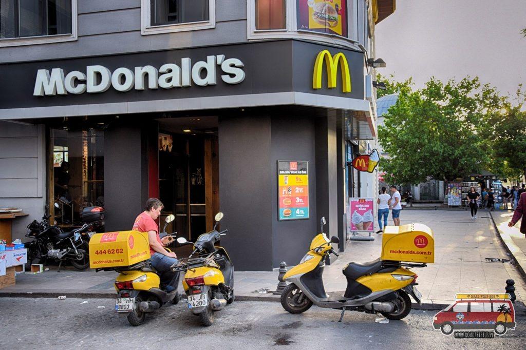 W Turcji niektóre lokale McDonalds oferują swoje jedzenie, również na dowóz.
