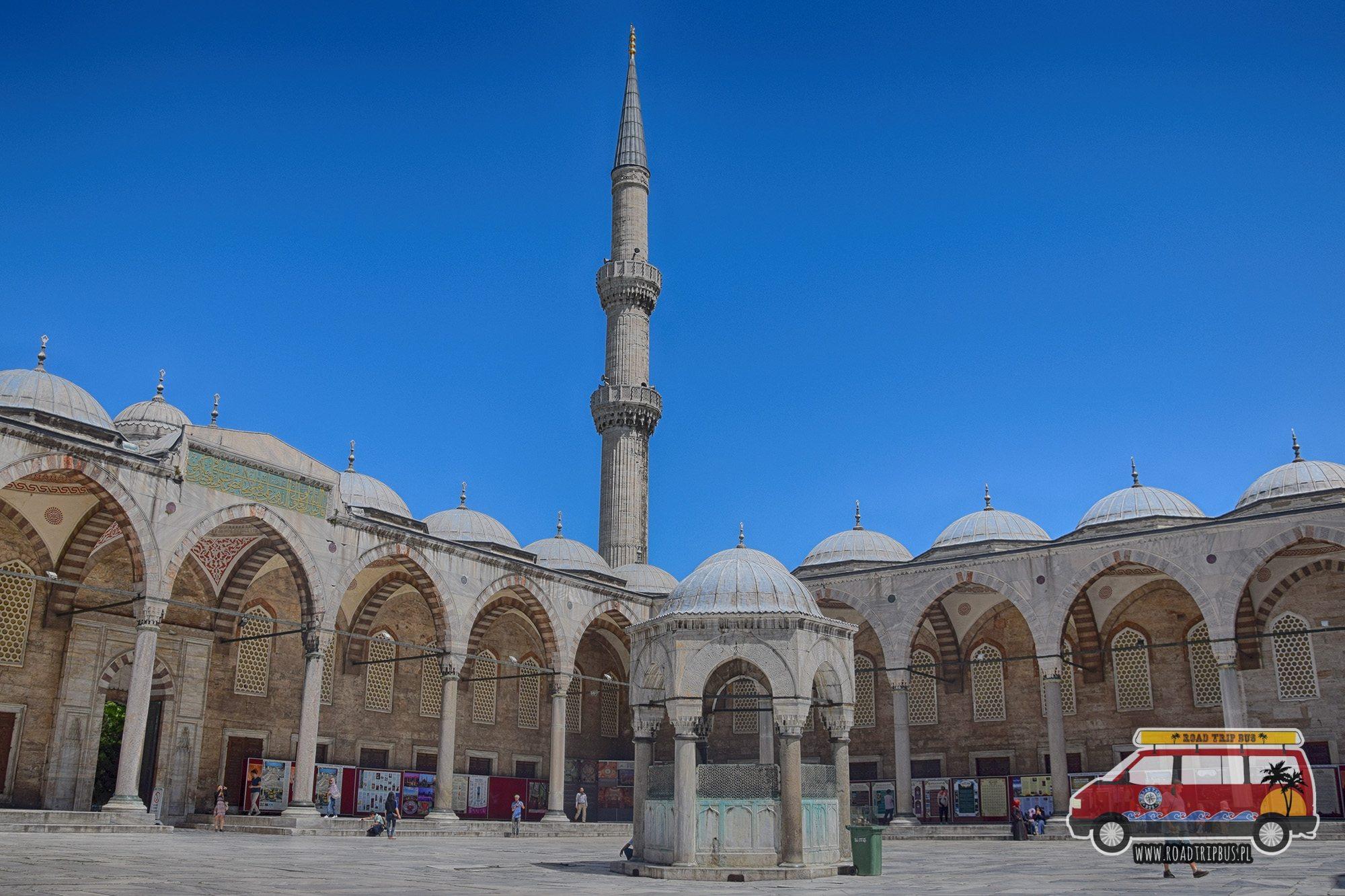 Wewnętrzny dziedziniec Błękitnego Meczetu w Stambule.