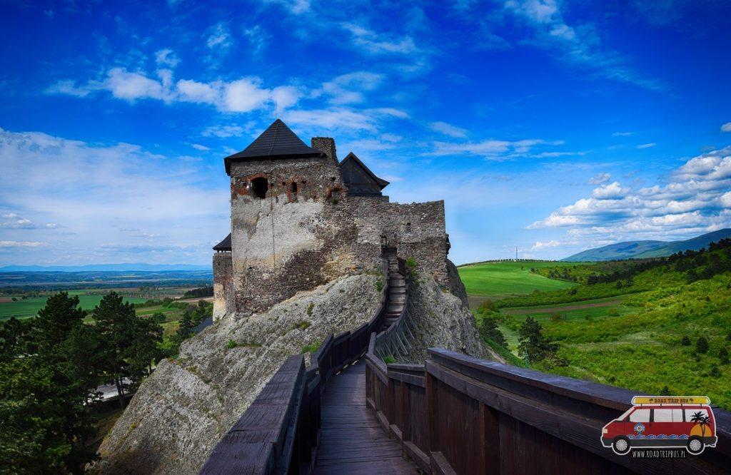 Widok z wieży strażniczej na zamek.