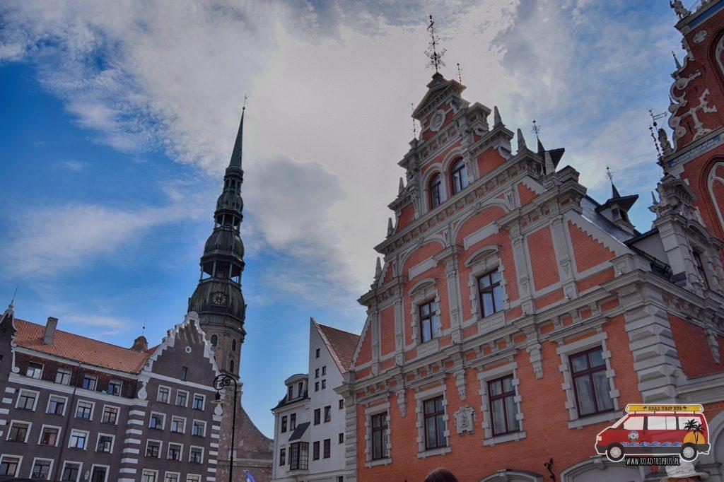Kościół Świętego Piotra (wieża) oraz Dom Czarnych Głów (z prawej) w Rydze.