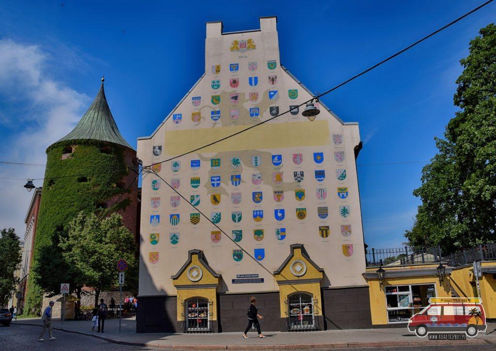 Jeden z wielu ciekawych budynków Ryskiej starówki.