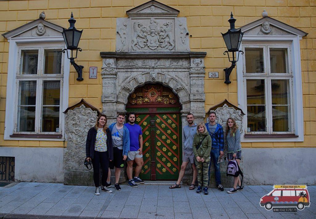 Całą ekipa wyjazdu na Koło Podbiegunowe przy bardzo ciekawej bramie w centrum Tallinna.
