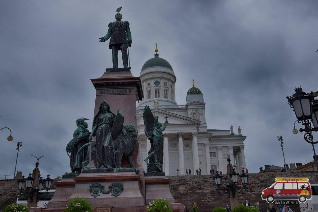 Katedra w Helsinkach oraz pomnik cara Aleksandra II Romanowa.