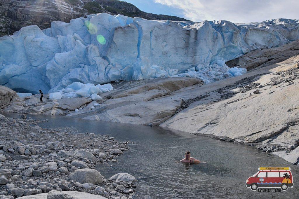 Rafał kąpiący się w wodzie z lodowca.