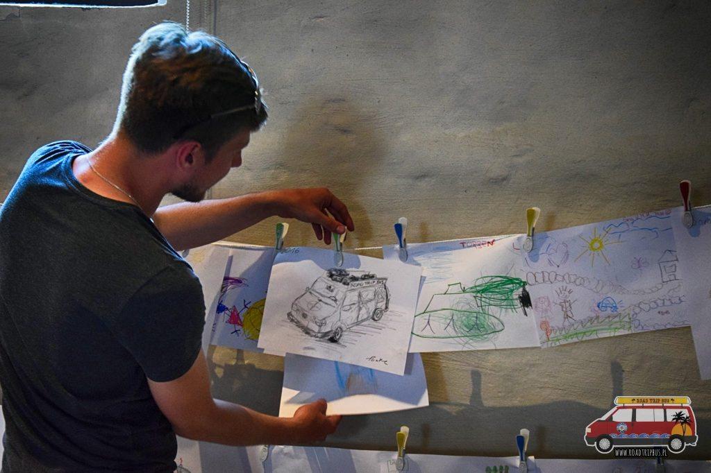 W muzeum był kącik w którym rysować mogły dzieci. Tomek postanowił go wykorzystać i naszkicować naszego busa.