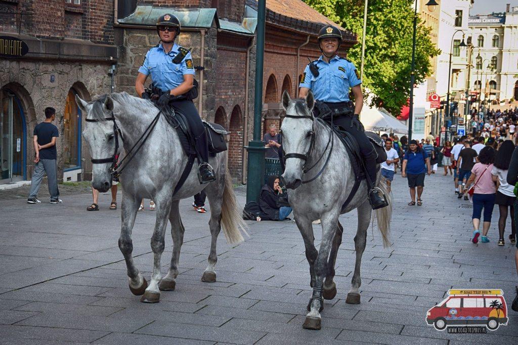 Norweska policja patroluje konno główny deptak miejski