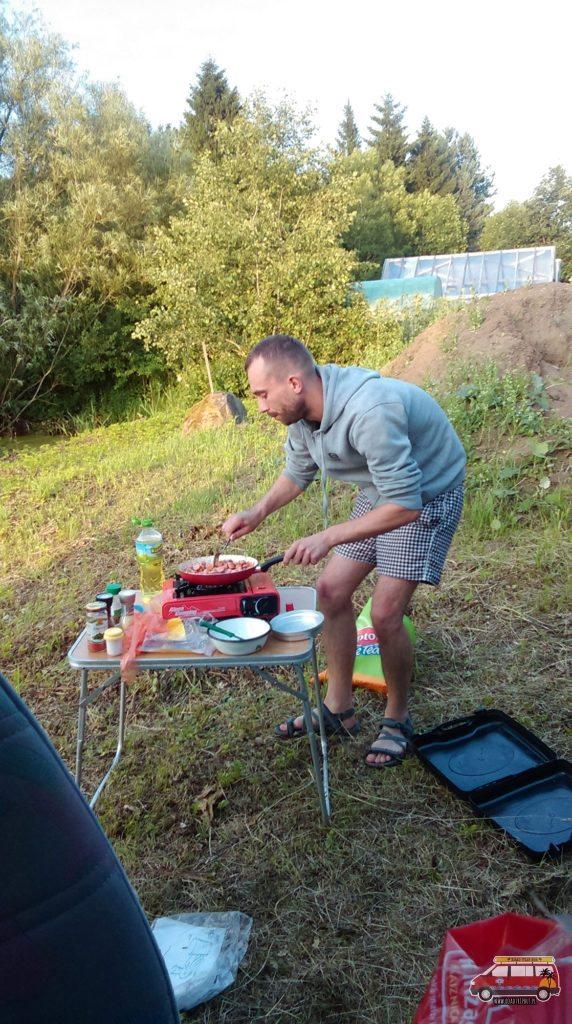 Szef kuchni Michał przy pracy.