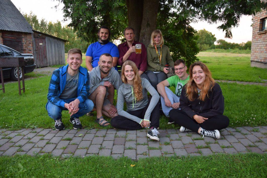 Zdjęcie ekipy wraz z Normunds'em, obok którego podwórka rozbiliśmy nasze obozowisko.