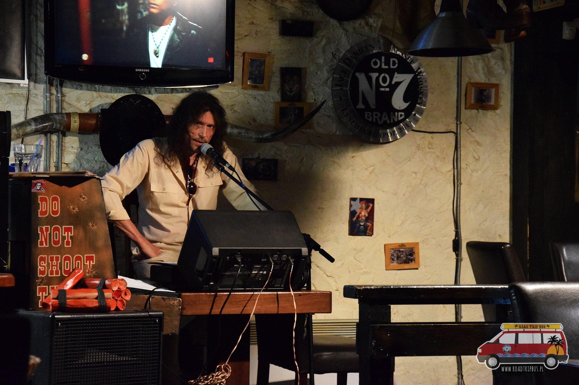 wokalista w barze