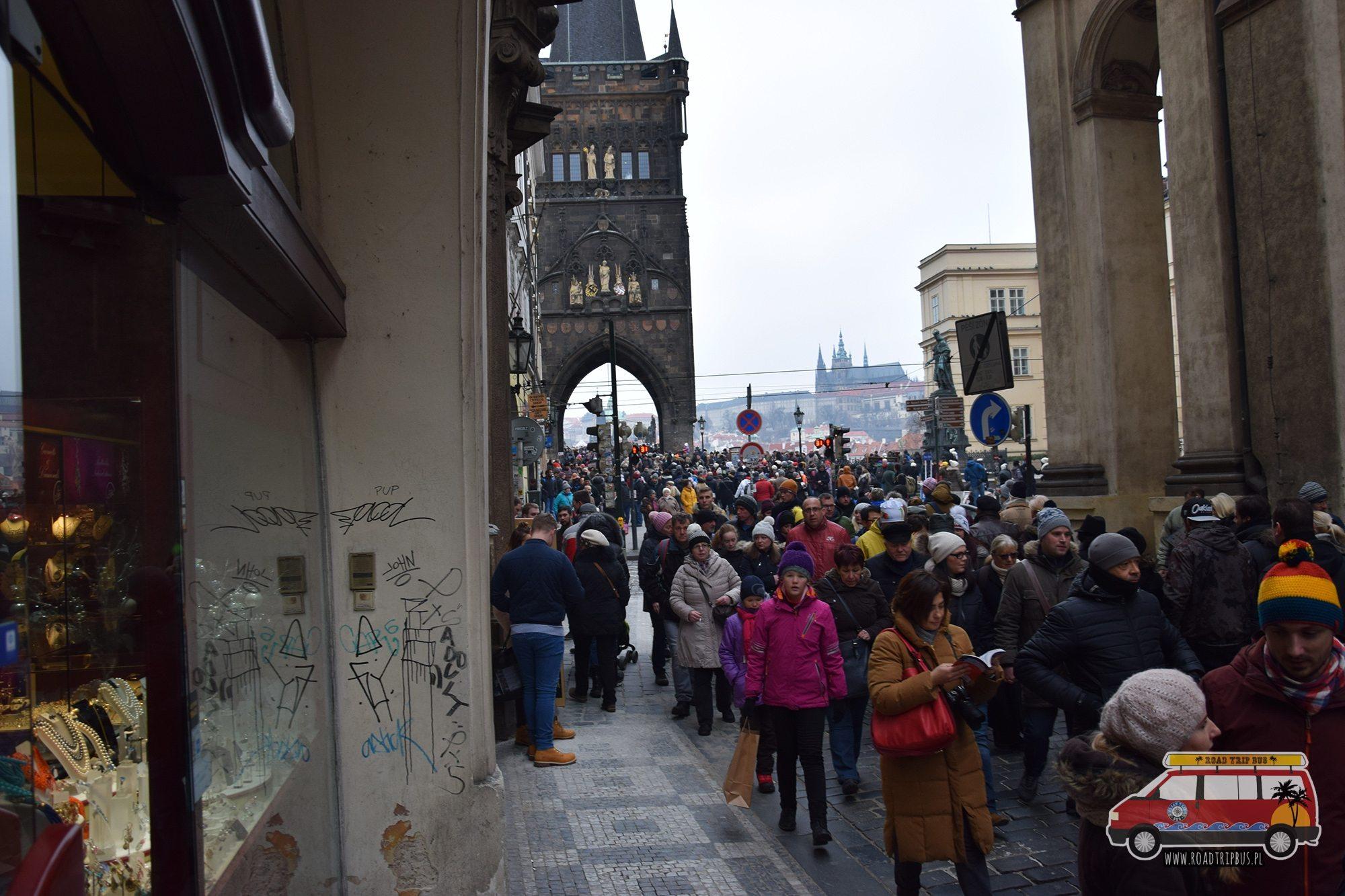 tłumy turystów na moście Karola