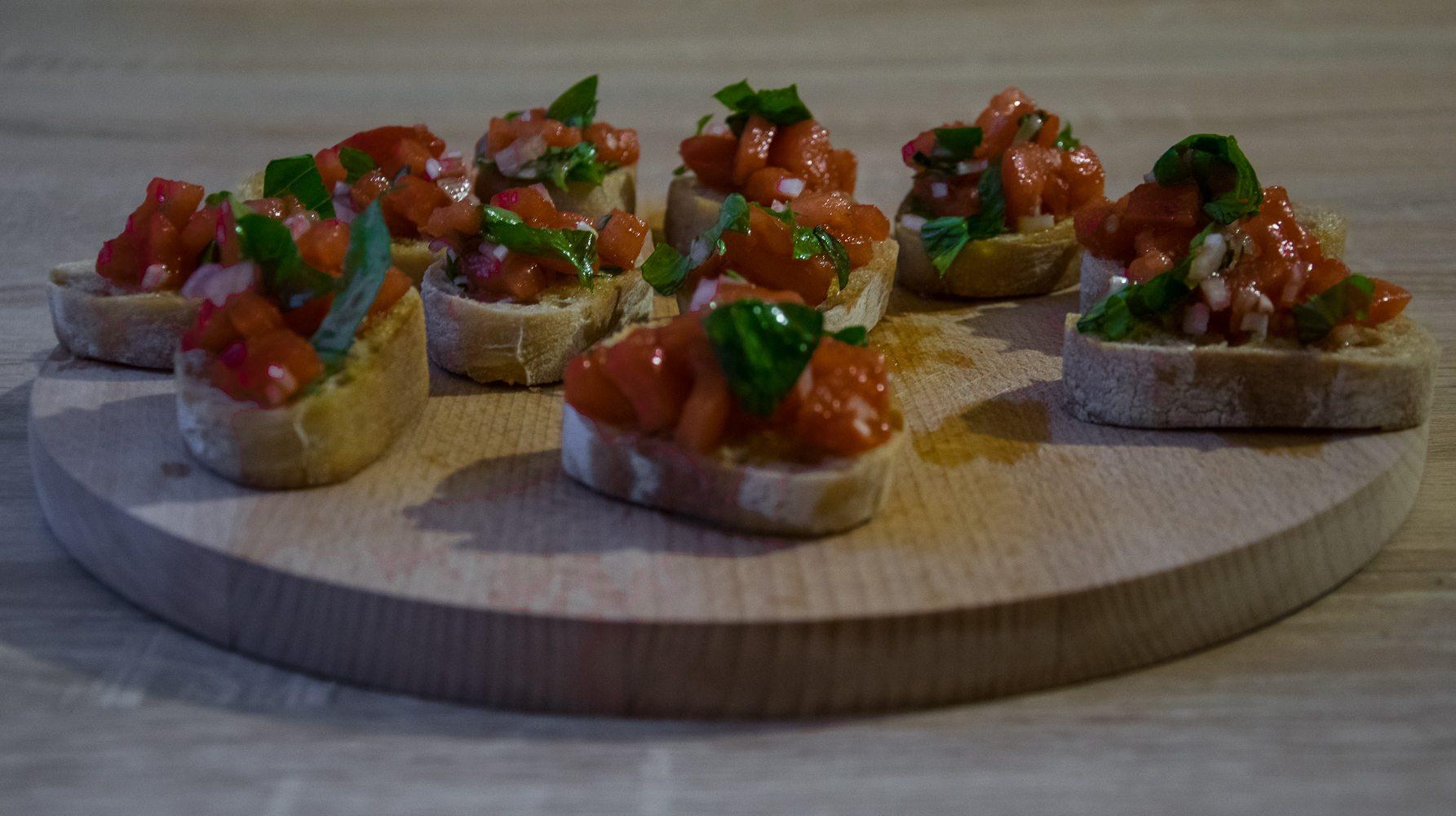 bruschetty z pomidorami i bazylią