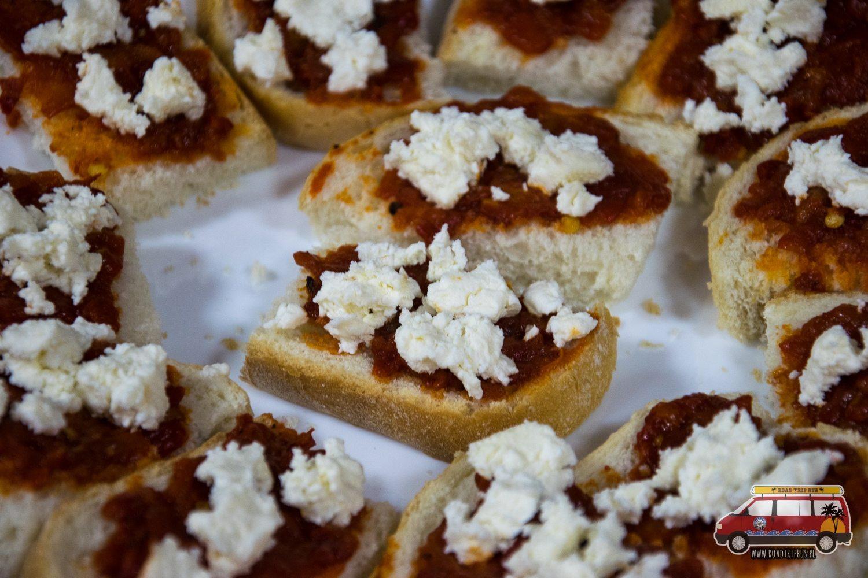 kanapki z ljutenicą i białym serem