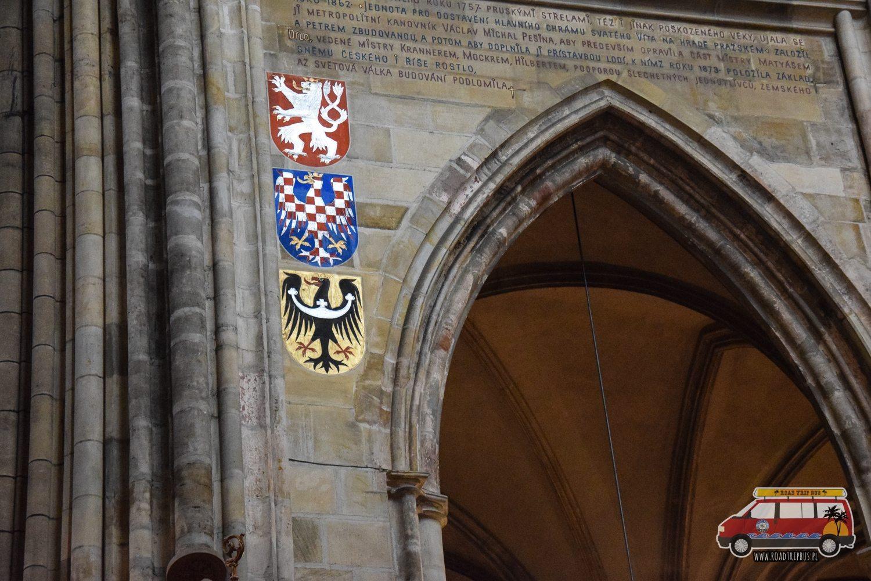 herby we wnętrzu Katedry św. Wita w Pradze