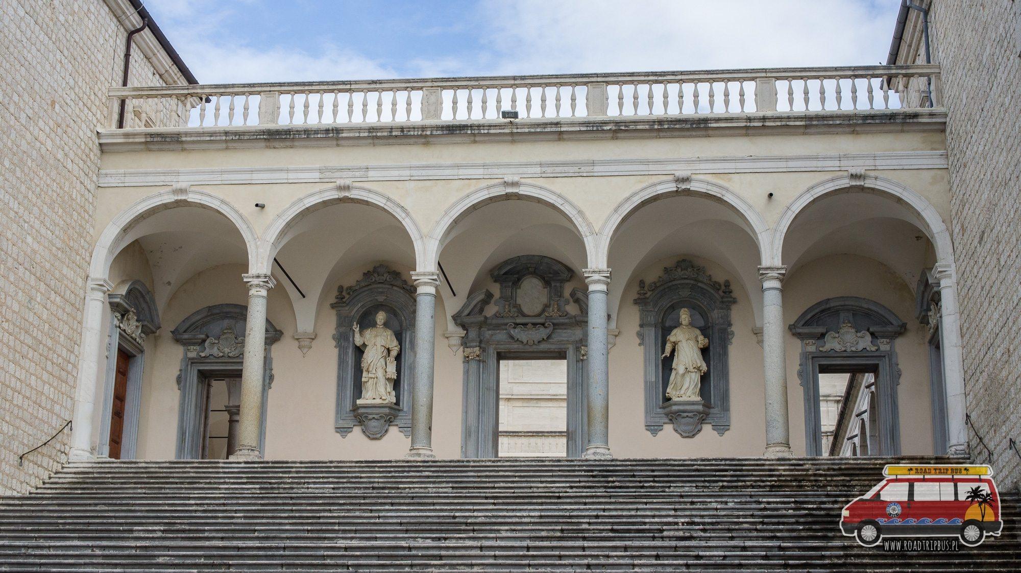 posągi w klasztorze