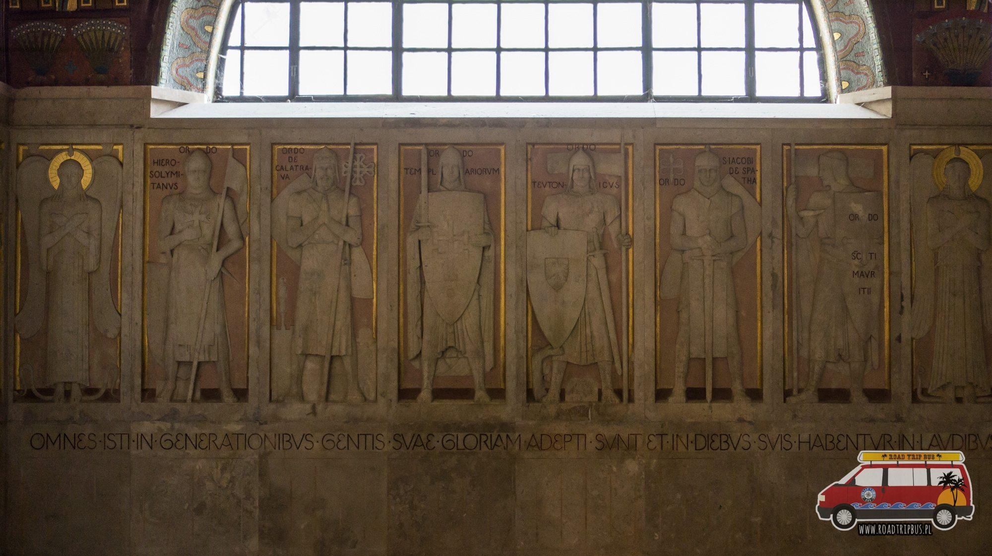 płaskorzeźba w podziemiach klasztoru