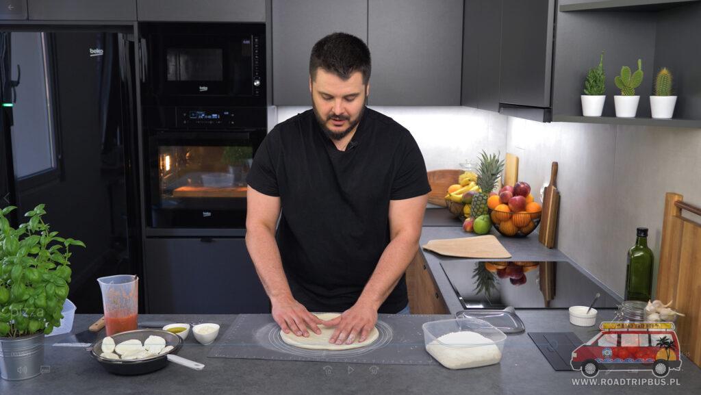 rozciąganie ciasta na pizzę