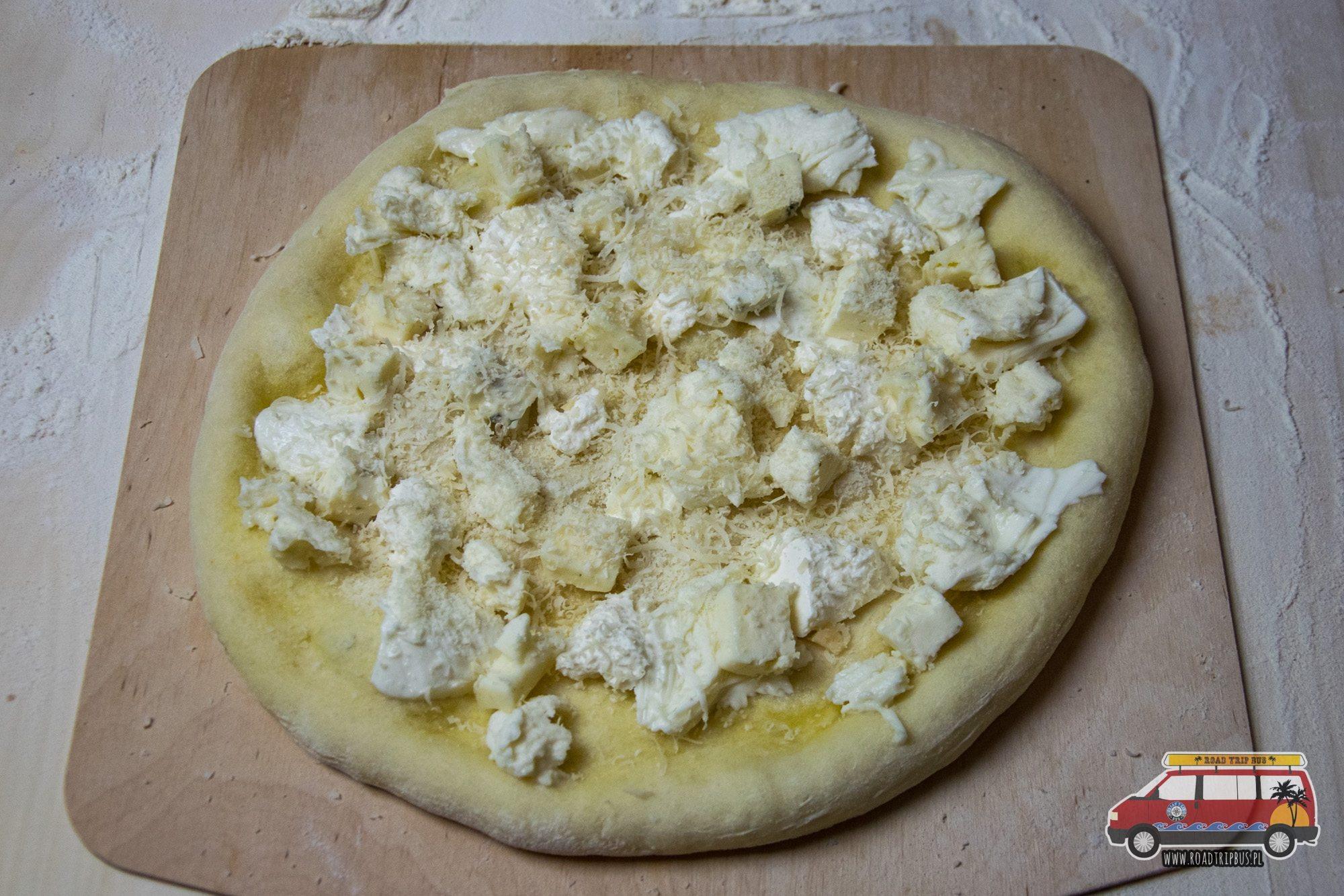 quattro fromaggi przed upieczeniem