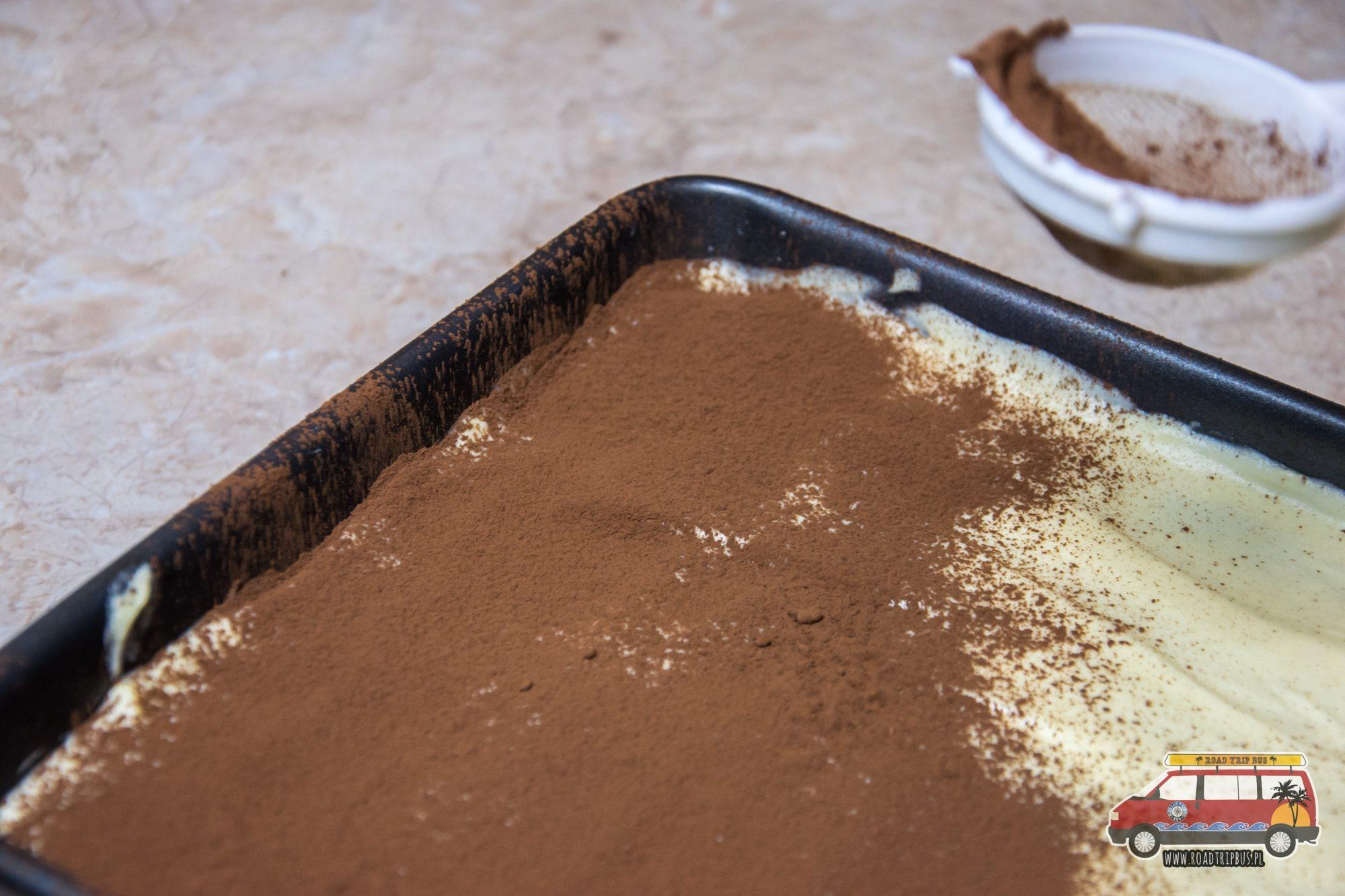 posypywanie tiramisu kakaem