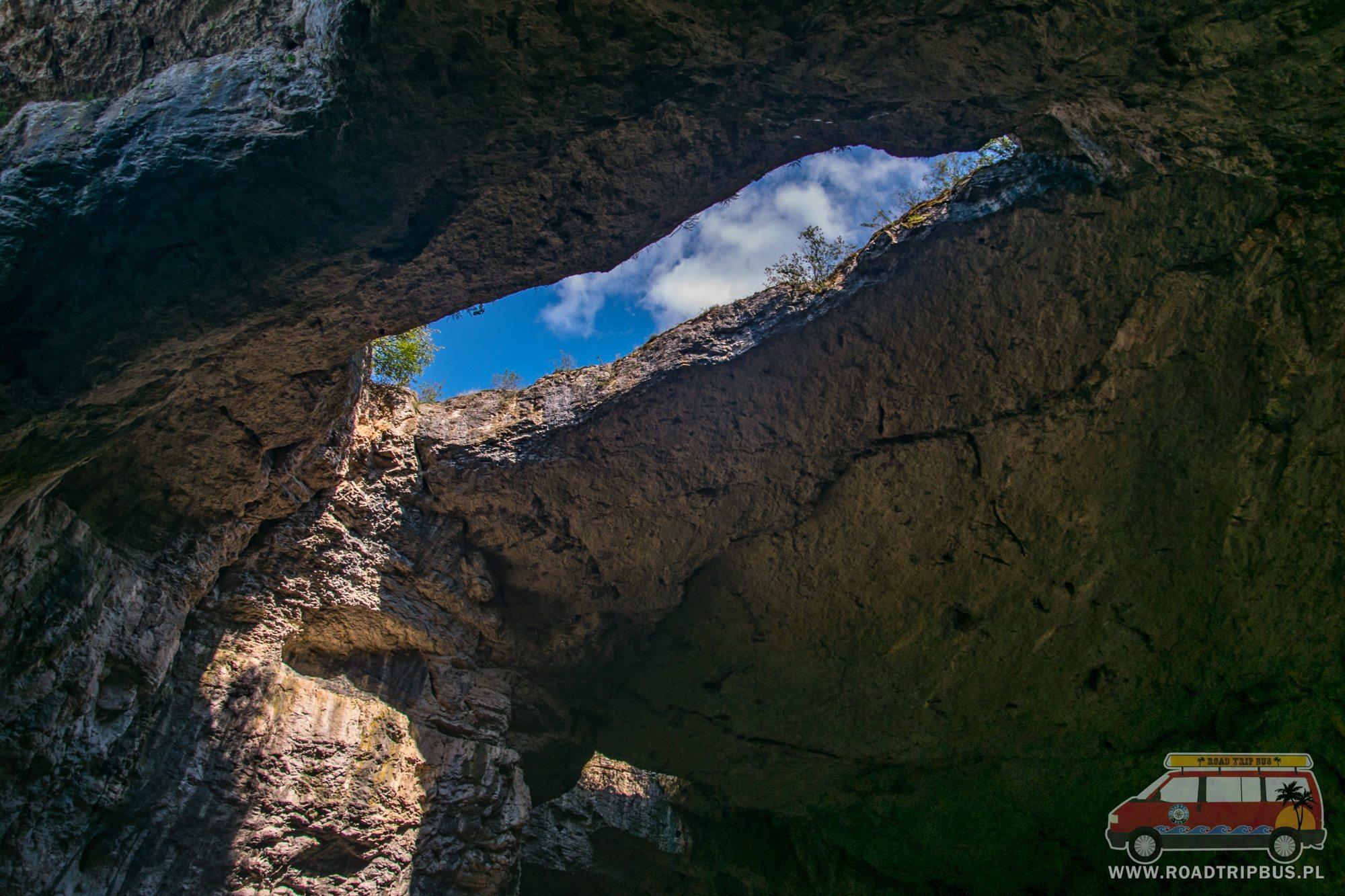 dziura w jaskini