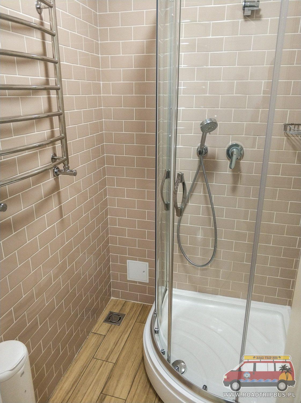prysznic we wspólnej łazience
