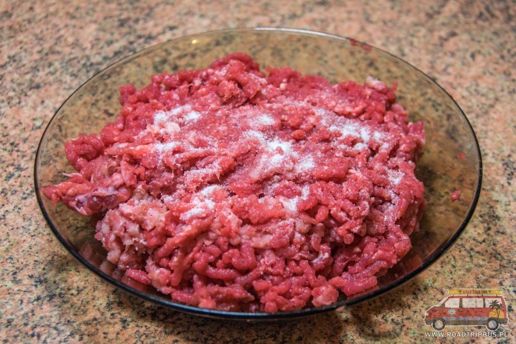 zmielone mięso z solą