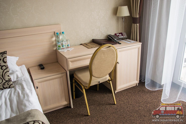 biurko w pokoju