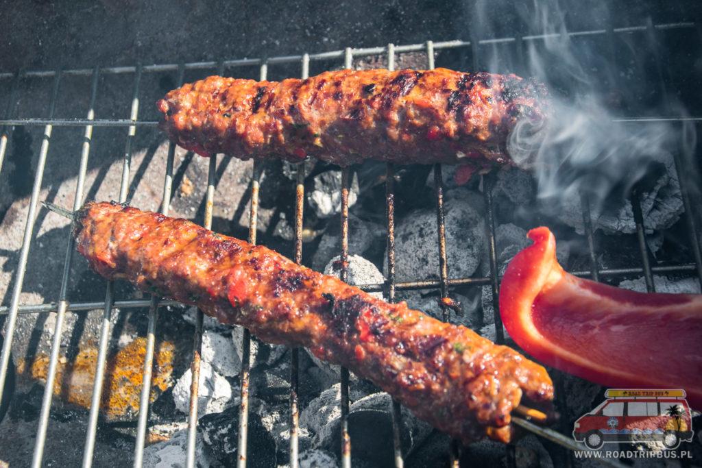 adana kebab na grillu