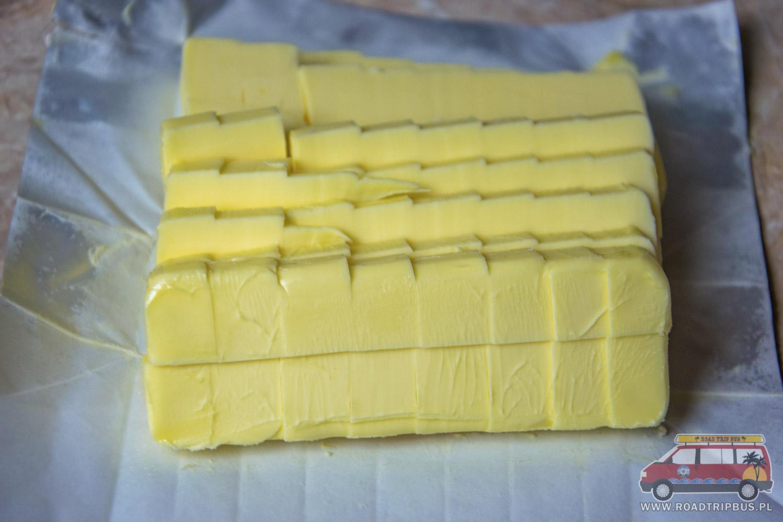 masło pokrojone w kostkę
