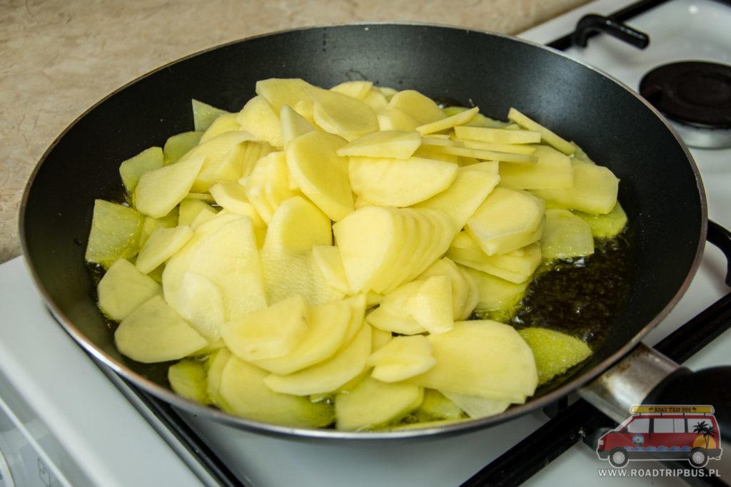 wrzucamy ziemniaki na patelnię