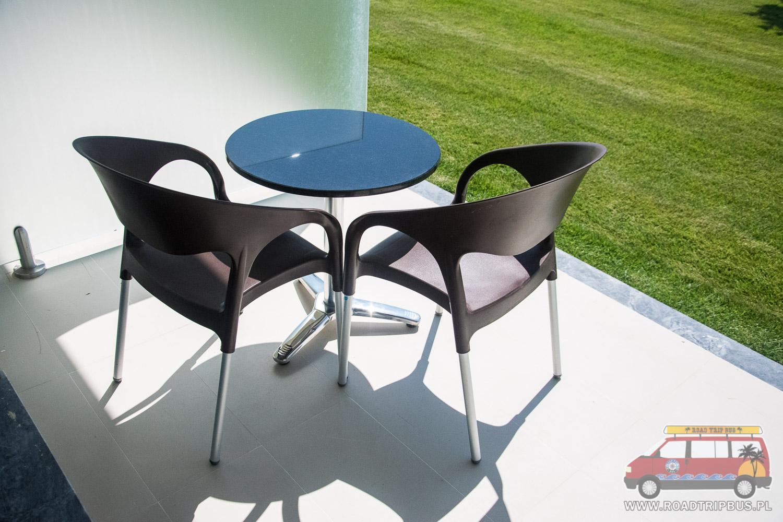 stolik i krzesła na tarasie