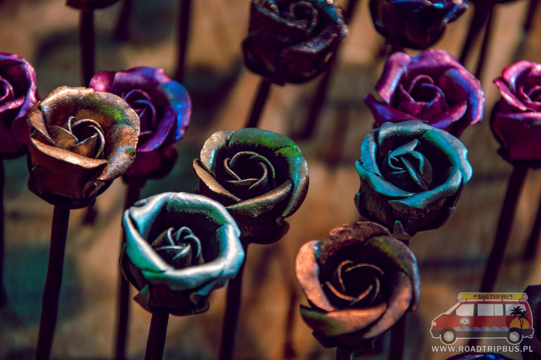 metalowe róże