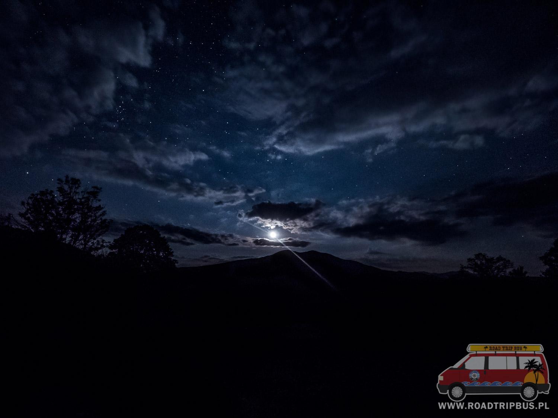 księżyc w nocy