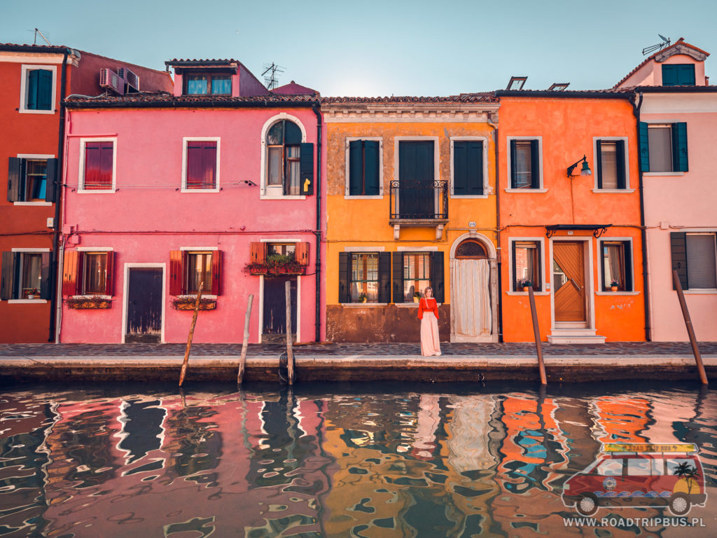 kolorowe domy na burano przy kanale