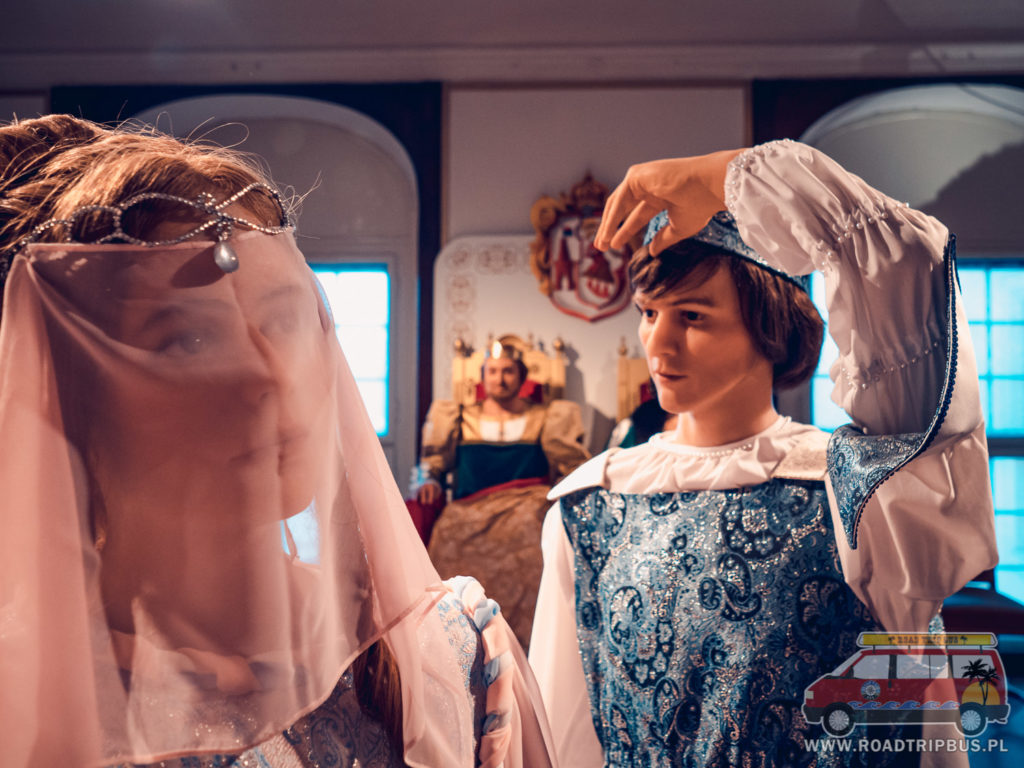 figury woskowe postaci z filmu Trzy orzeszki dla kopciuszka