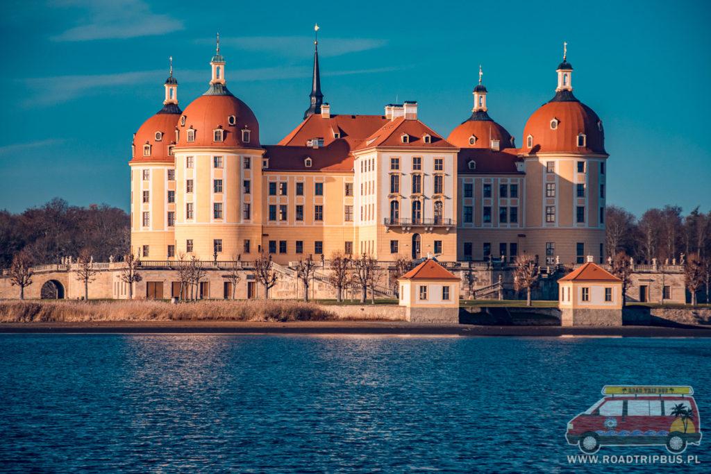pałac widziany z poziomu wody