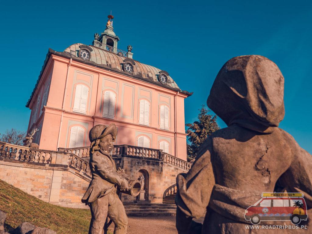 rzeźby przy Pałacyku Barzancim