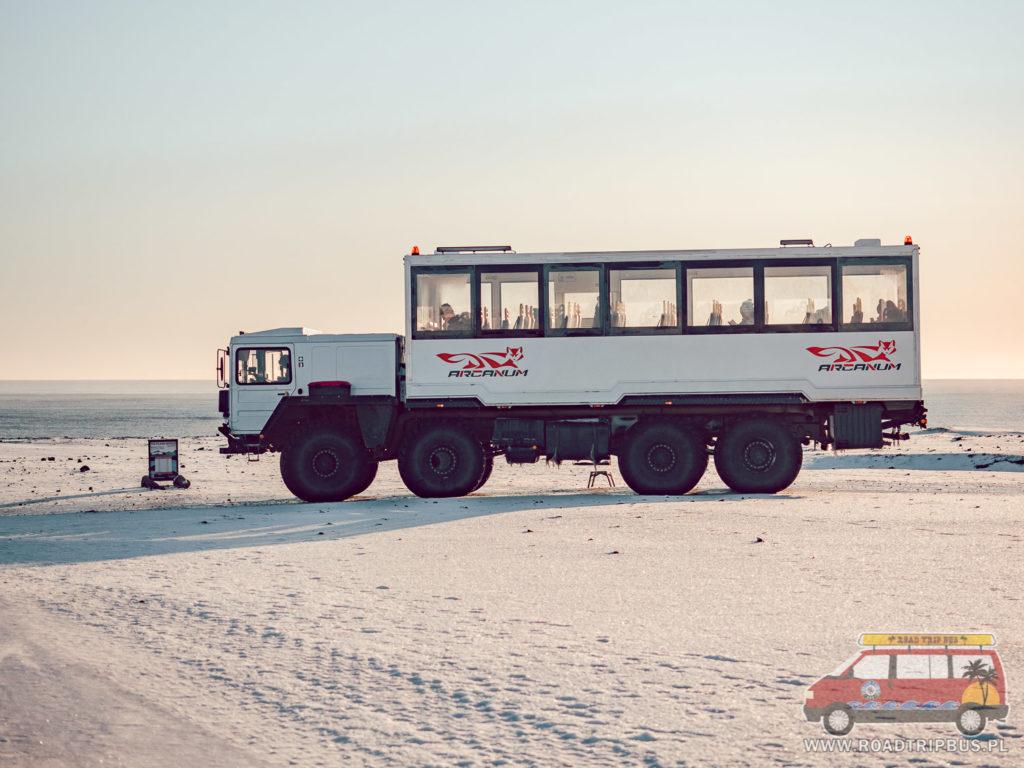 autobus dowożący turystów do wraku