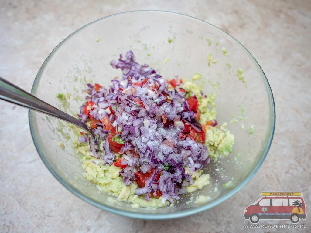 sos guacamole przed wymieszaniem