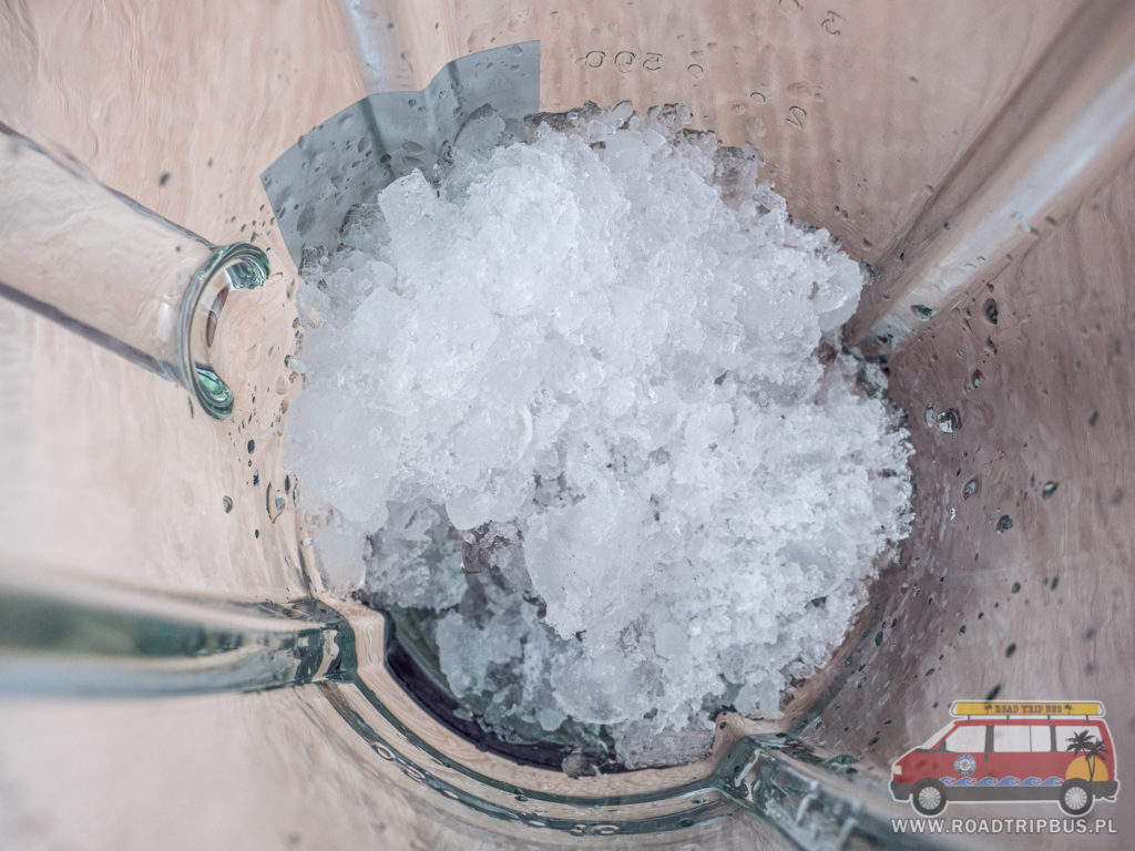 wrzucamy lód do blendera