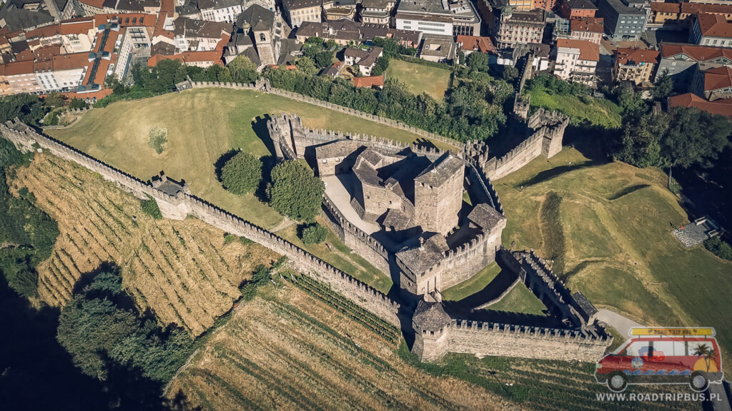 zamek w montebello z góry