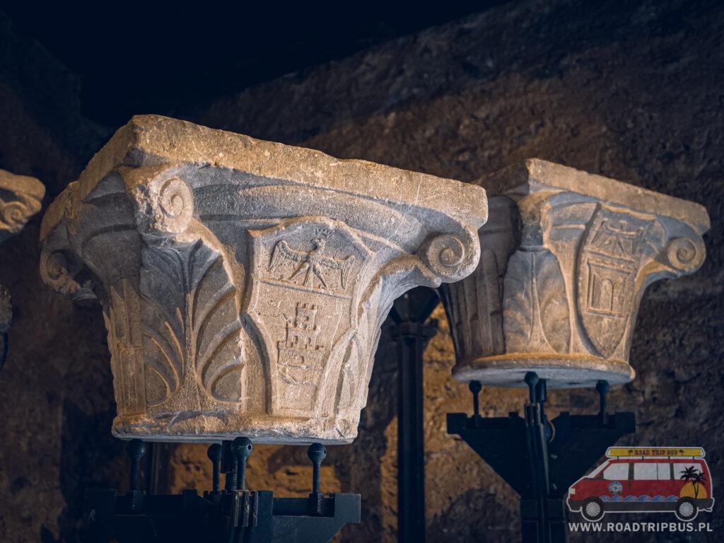 kolumny przed wejściem do muzeum
