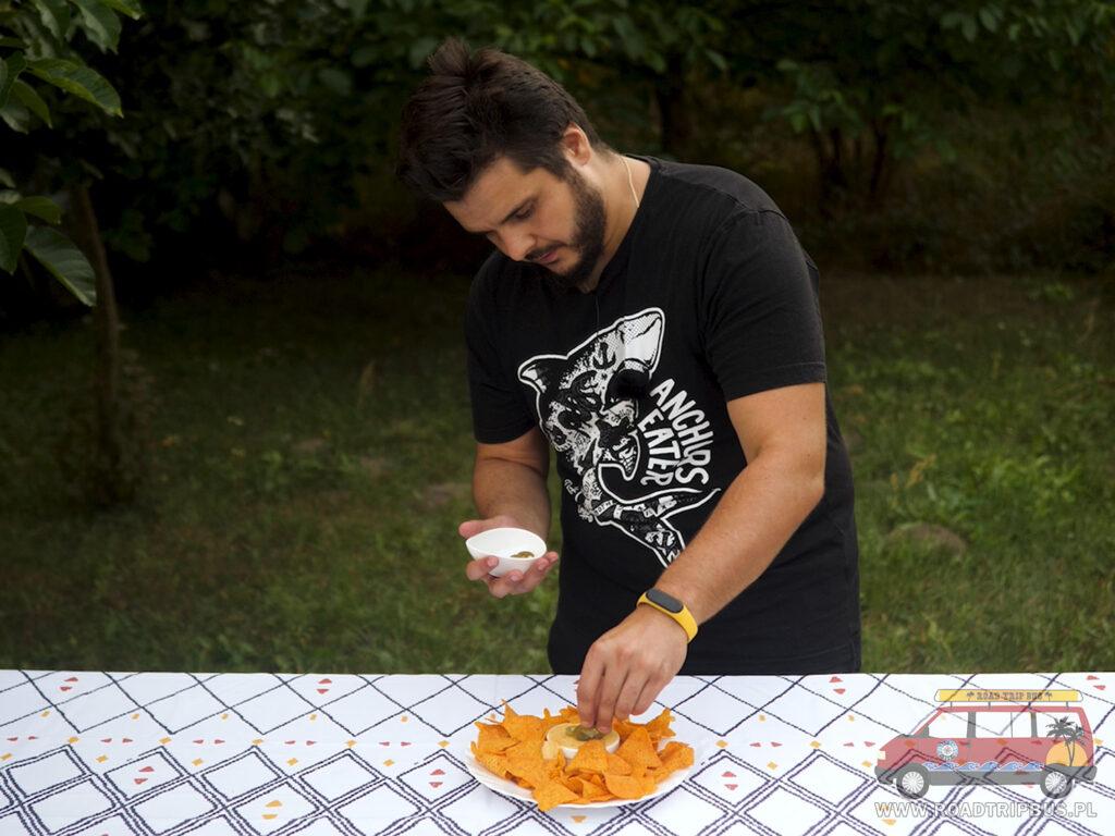 nachosy z sosem serowym i papryczkami