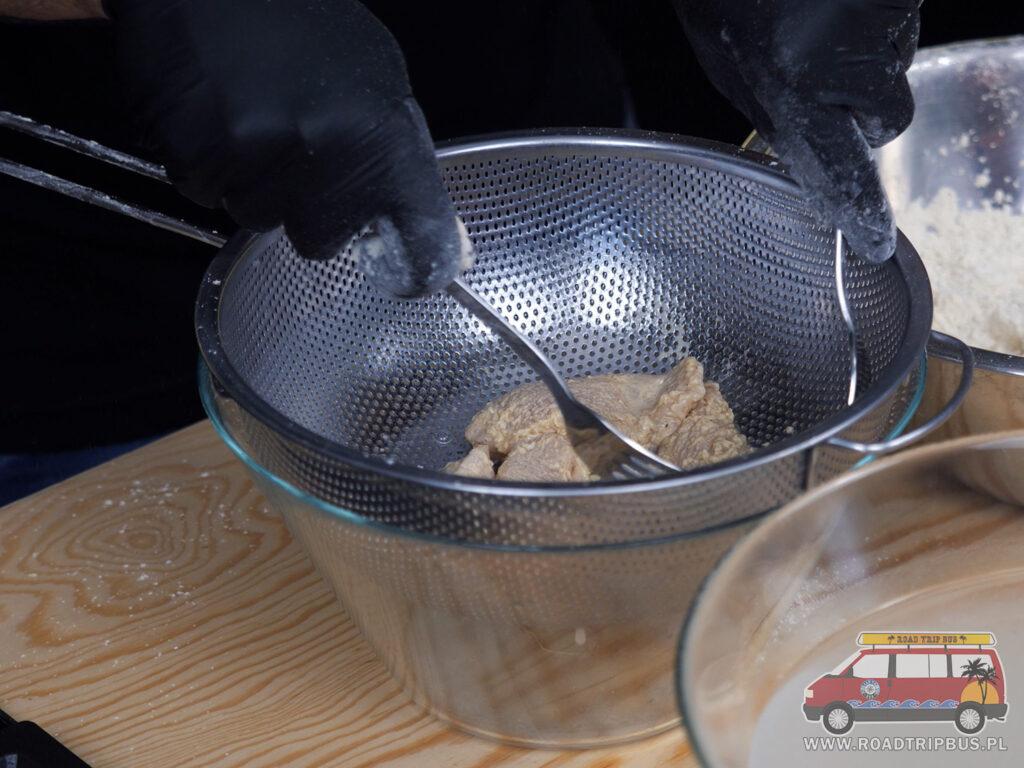 przygotowywanie panierki do kurczaka