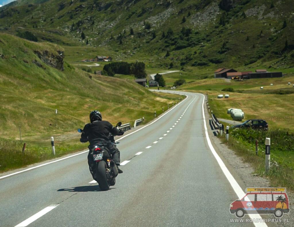 motocyklista na szwajcarskiej drodze
