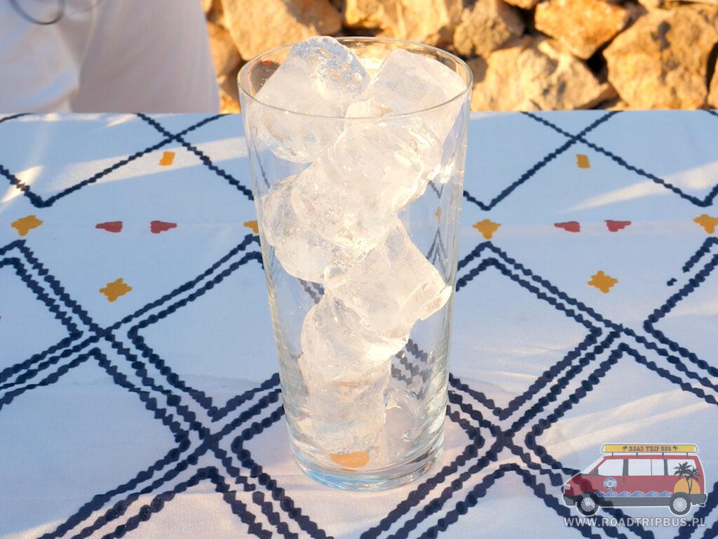 wysoka szklanka wypełniona lodem