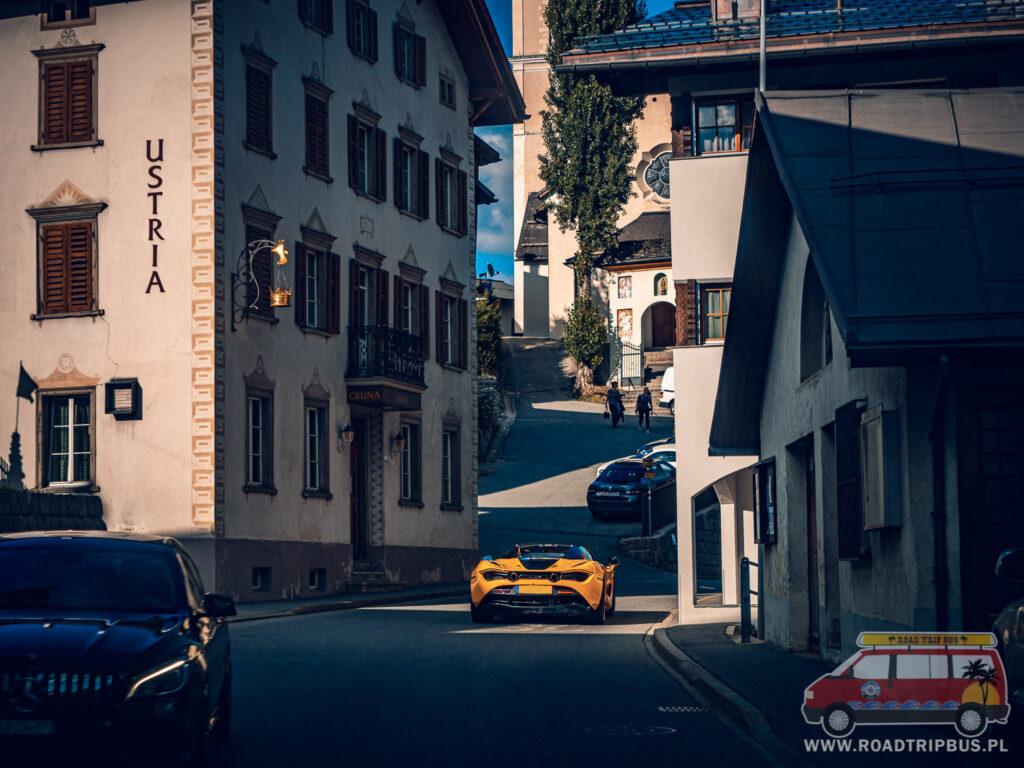 wąska szwajcarska uliczka