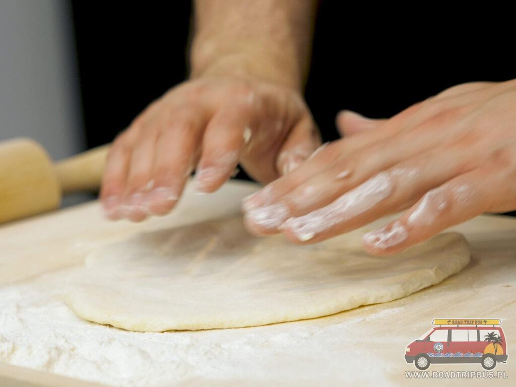 formowanie ciasta na chaczapuri